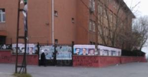 Στα κάγκελα σχολείου στο Γκαζί είναι αναρτημένες αφίσες με αίτημα την ενημέρωση σχετικά με την τύχη των εικονιζομένων προσώπων.