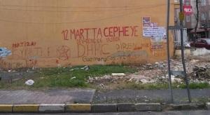 Οι τοίχοι των πολυκατοικιών στο Γκαζί είναι γεμάτοι με συνθήματα από αριστερές οργανώσεις.
