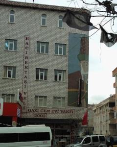 Το τζέμεβι του Γκαζί, αλεβίτικης συνοικίας της Κωνσταντινούπολης,  με την εικόνα του Χατζή Μπεκτάς Βελή, μορφής με μεγάλο συμβολικό χαρακτήρα για τους Αλεβίτες.