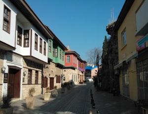 Τυπικό σοκάκι στο Καλεϊτσί, με αναπαλαιωμένα κτίρια.