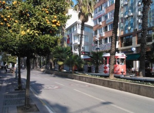 """Εκτός από το Αντ-ράι, τη σύγχρονη γραμμή τραμ που συνδέει το κέντρο της πόλης με τα προάστια, στην Αττάλεια λειτουργεί όπως σε άλλες τουρκικές πόλεις και """"νοσταλγικό τραμ"""", με μικρή διαδρομή μέσα και γύρω απ' το κέντρο."""