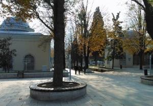 Οι τάφοι του Οσμάν (δεξιά) και του Ορχάν Γαζή (αριστερά). Ο Οσμάν ήταν ο ιδρυτής της οθωμανικής δυναστείας και ο Ορχάν ο γιος και διάδοχός του.
