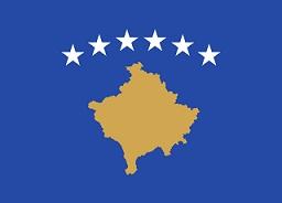Τα έξι αστέρια στη σημαία του Κοσσυφοπεδίου συμβολίζουν τις εθνότητες που συναποτελούν τη χώρα: Αλβανούς, Σέρβους, Τούρκους, Ρομά, Βοσνιακούς - και Γκοράνους. By Cradel (current version), earlier version by Ningyou - Originally from Image:Flag of Kosovo.png., CC BY-SA 3.0, https://commons.wikimedia.org/w/index.php?curid=3520312