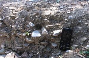 Νεογενή πετρώματα στο πάρκο Τρίτση (Ίλιον): ψαμμίτης (πάνω) και κροκαλοπαγές (κάτω).