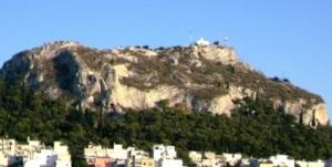 Σχεδόν κάθετες πλαγιές της κορυφής του Λυκαβηττού, ο οποίος αποτελεί υπόλειμμα από τη γενική διάβρωση του ασβεστολιθικού λοφώδους τοπίου.