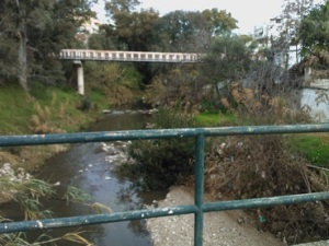 Το ρέμα του Ποδονίφτη (όρια Νέας Χαλκηδόνας - Δήμου Αθηναίων). Σ' αυτό το τμήμα του ρέει ελεύθερα, αλλά η δόμηση που φτάνει σχεδόν ως στην κοίτη του όπως και η απόθεση σκουπιδιών και αποβλήτων έχουν οδηγήσει στην υποβάμισή του.