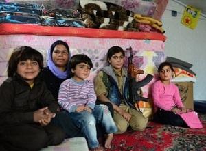 Γιαζίντι μαχήτρια μαζί με την οικογένειά της, με την εικόνα του Οτζαλάν να φαίνεται πίσω. Το ΡΚΚ και οι συγγενικές του ομάδες έπαιξαν σημαντικό ρόλο ιδιαίτερα στη στρατιωτική οργάνωση των Γιαζίντι γυναικών - κάτι που έχει μια βαρύτητα, όταν αυτές κινδυνεύουν να καταλήξουν ως παλλακίδες μαχητών του Ισλαμικού Κράτους, όπως ήδη έγινε με πολλές. https://www.theguardian.com/artanddesign/2015/sep/11/women-taking-on-isis-iraq-yazidi-female-fighters