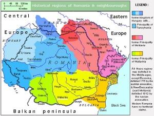 """Οι ιστορικές περιοχές της """"Μεγάλης Ρουμανίας"""" (τα σημερινά σύνορα απεικονίζονται με τη μπλε γραμμή): Μολδαβία (μαζί με τη Μπουκοβίνα και τη Βεσσαραβία), Βλαχία (μαζί με την Οντενία και τη Δοβρουτσά - η κίτρινη κεντρική περιοχή ονομάζεται από τους Ρουμάνους Μοντενία) και η Τρανσυλβανία μαζί με το Μπανάτο, οι περιοχές που ανήκαν στην Αυστροουγγαρία. https://upload.wikimedia.org/wikipedia/commons/2/29/RomaniaHistRegions.jpg"""