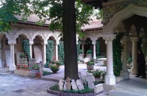 Η Μονή Σταυροπόλεως στο κέντρο του Βουκουρεστίου, κτισμένη επί ηγεμονίας Νικόλαου Μαυροκορδάτου, συμβολίζει την ανατολικο-ορθόδοξη/ελληνική επιρροή. Οι ορθόδοξες εκκλησίες έχουν και στη σύγχρονη Ρουμανία αρκετή επισκεψιμότητα, και οι Ρουμάνοι θεωρούνται μάλλον πιο θρήσκος λαός από τους γειτονικούς τους.