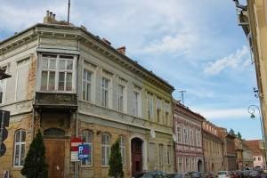 Τέτοια στενά στο Μπρασόβ έχουν συχνά γερμανικά όνοματα.