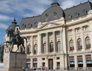 Το άγαλμα του Καρόλου Α', μπροστά από τη Βιβλιοθήκη του Πανεπιστημίου, που κτίστηκε επί βασιλείας του και ακόμα φέρει το όνομά του.