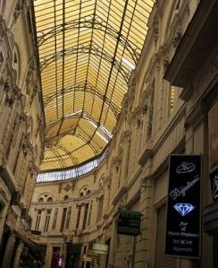 Το Pasajul Macca-Vilacrosse στο ιστορικό κέντρο του Βουκουρεστίου είναι ένα από τα πολλά σημεία στην πόλη που είναι εμφανείς οι γαλλικές επιρροές.