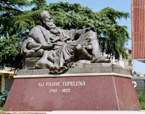 Το άγαλμα του Αλή Πασά στο Τεπελένι. https://en.wikipedia.org/wiki/Ali_Pasha_of_Ioannina#/media/File:Ali_Pashas_in_Tepelena.jpg