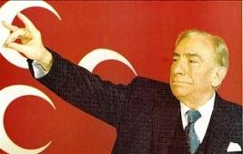 Ο Άλπαρσλαν Τουρκές με φόντο τη σημαία του MHP με το τριπλό μισοφέγγαρο κάνει τον χαιρετισμό των Γκρίζων Λύκων. Είχε συμμετάσχει (ως συνταγματάρχης) ενεργά στο πραξικόπημα του '60 εναντίον της κυβέρνησης του Μεντερές, αλλά παραμερίστηκε και δεν έπαιξε σημαντικό πολιτικό ρόλο μέχρι τη δεκαετία του '70. Ο ίδιος συνόψιζε την ιδεολογία του με τα