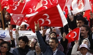 Εικόνα από πρόσφατη συγκέντρωση οπαδών του MHP, με τον χαρακτηριστικό χαιρετισμό. Στο πανό κάτω αριστερά φαίνεται το σύμβολο του γκρίζου λύκου. http://www.al-monitor.com/pulse/originals/2014/02/erdogan-mhp-election-gray-wolf-turkey.html