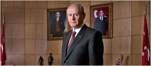 Ο Ντεβλέτ Μπαχτσλί, ανάμεσα σε μια εικόνα του Ατατούρκ και μια του Τουρκές. https://www.mhp.org.tr/mhp_dil.php?dil=en