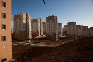 Συγκρότημα πολυκατοικιών που έχει κτιστεί από τον TOKİ στην περιοχή Καγιάμπασι (πρώην Αϊ-Γιώργης). http://www.tarlabasiistanbul.com/glossary/