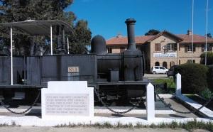 Η παλιά ατμομηχανή του τρένου εκτίθεται μπροστά στον πρώην Σιδηροδρομικό Σταθμό Αμμοχώστου, στον οποίο στεγάζεται σήμερα το Κτηματολόγιο της Αμμοχώστου.