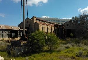 Πίσω από τον παλιό Σταθμό, βρίσκονται εγκαταλελειμμένα διάφορα βοηθητικά κτίρια (μηχανοστάσια, αμαξοστάσια) - λίγες δεκάδες μέτρα μακριά από την κλειστή πόλη του Βαρωσίου.